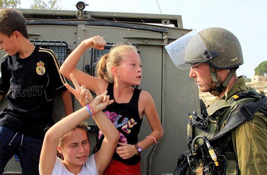 11 yaşındaki Ahed İsrail askerine karşı gösterdiği bu direnişle dünyaca tanınmıştı.