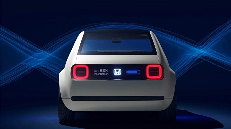 Aracın arkasında bulunan dijital panelde aynı zamanda aracın şarj durumu da görünecek.