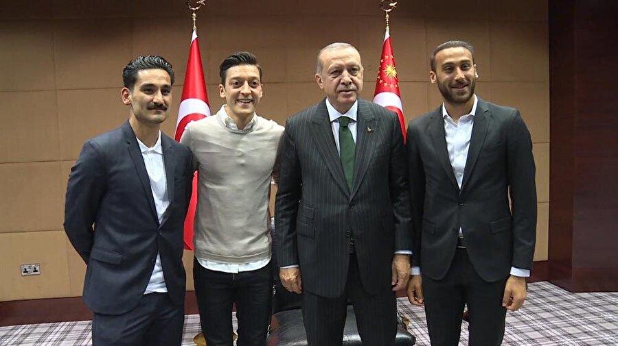 Cumhurbaşkanı Erdoğan İngiltere'ye yaptığı ziyaret sırasında, bir otelde İngiltere Premier Lig'de oynayan Mesut Özil, İlkay Gündoğan ve Cenk Tosun'u kabul etmişti.