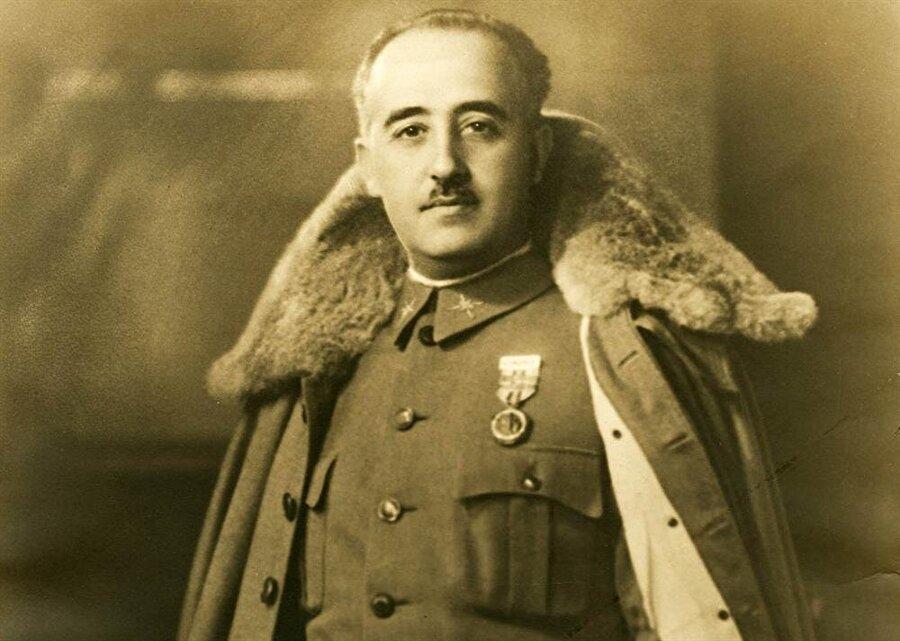 General Franco, 1936 yılında başlattığı askeri darbeyle İspanya'nın kontrolünü ele geçirmiş ve uzun yıllar boyunca gücünü muhafaza etmişti.