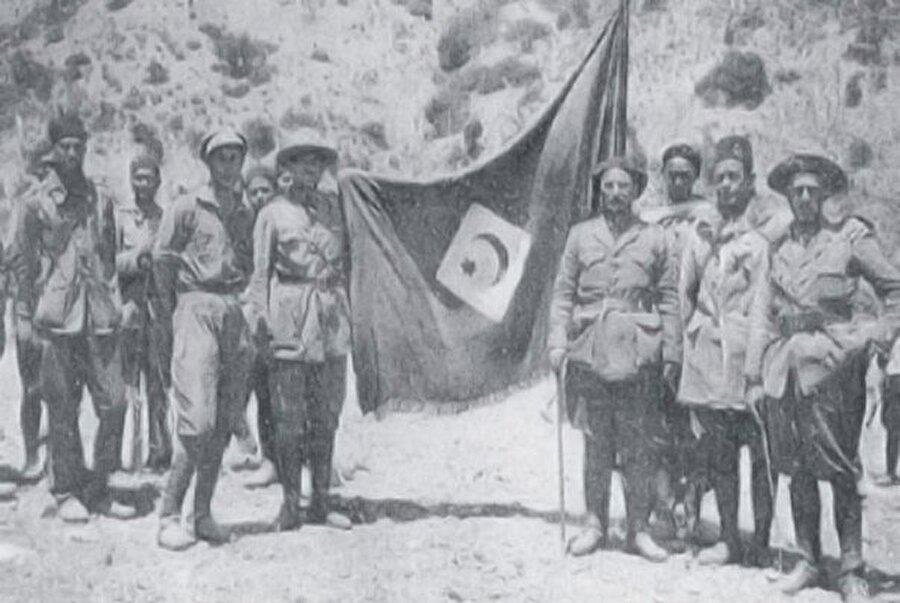 Rif Cumhuriyeti bayrağıyla poz veren Rif askerleri.