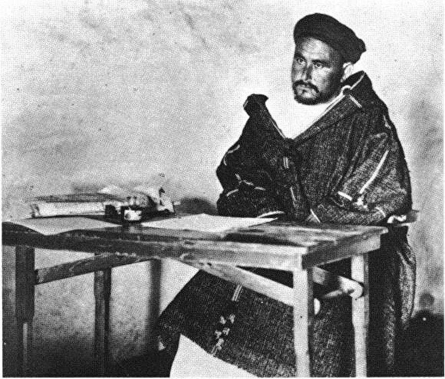 Abdulkerim Hattabi, iyi derecede İspanyolca ve Fransızca biliyordu ve bu sayede kısa sürede oldukça önemli makamlara gelmişti.