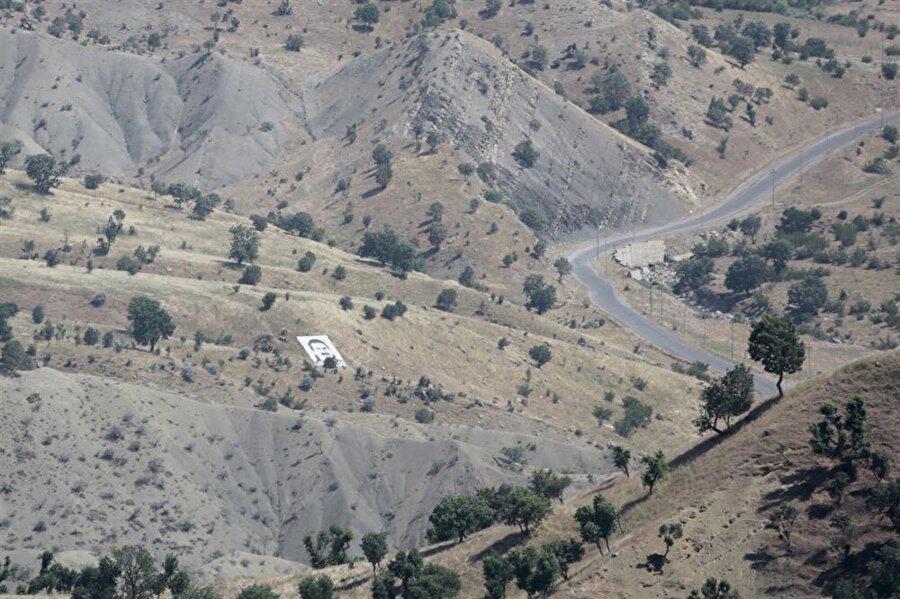 Terör örgütü PKK'nın en büyük kampının bulunduğu Kuzey Irak'taki Kandil Dağı görüntülendi. Kandil Dağı'nda terör örgütü PKK'nın varlığı, örgütün elebaşısı Abdullah Öcalan'ın posterinin bulunduğu alanla başlıyor.
