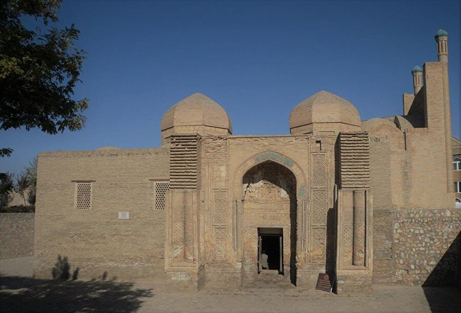 İki küçük kubbeye sahip olması camiyi diğer yapılardan ayırıyor.