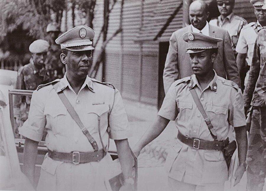 Siad Barre (Solda), 22 yıllık diktatörlüğün ardından, 1991 yılında devrilmişti.