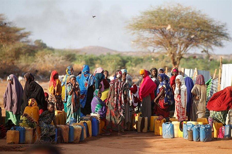 Pek çok olumsuz etken karşısında ayakta kalmaya çalışan Somali halkı, bir yandan da gıda yokluğuyla mücadele ediyor. (Baz Ratner / Reuters)