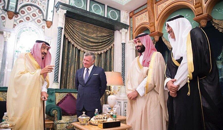 Suudi Arabistan Kralı Selman bin Abdulaziz, Arap liderleri Mekke'deki sarayında ağırladı.