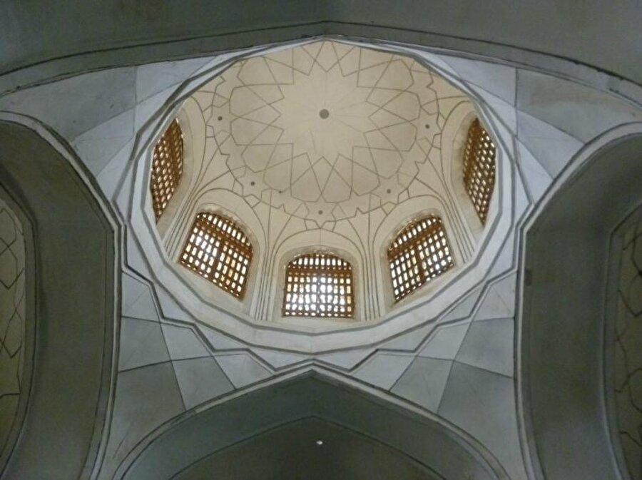 Caminin iç yapısında geometrik desenler hakim.