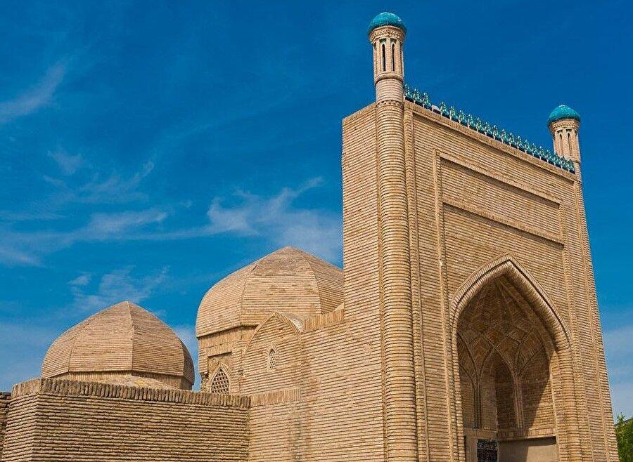 Yapı birçok kez onarımdan geçtiği için farklı zamanların mimari özelliklerini taşımakta.