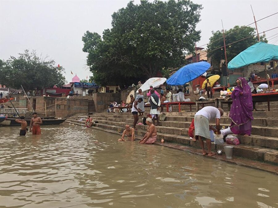 Gün boyu Ganj'da yıkanan, yüzen ya elbiselerini yıkayan Hintlilere rastlamak mümkün. (Fotoğraf: Ahmet Sücüllülü)