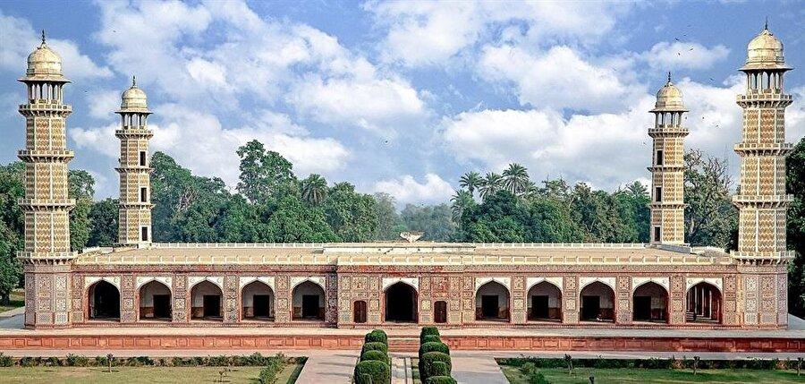 Tac Mahal'in minarelerine esin kaynağı olan Şah Cihan'ın babası Cihangir'in yaptırdığı türbe.