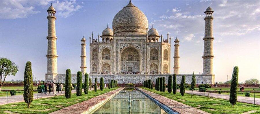 Tac Mahal'in bahçesindeki havuz cennet havuzlarını sembolize etmektedir.