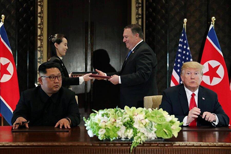 """Görüşmeyi 'tarihi' olarak niteleyen Kuzey Kore lideri Kim """"Geçmişi geçmişte bırakmaya karar verdik. Dünya büyük bir değişime tanıklık edecek"""" ifadesini kullandı."""