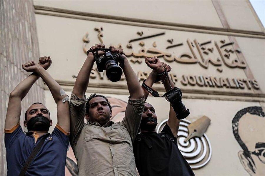 Mısır'da çok sayıda gazeteci, akademisyen ve entelektüel, darbe karşıtlığı sebebiyle ceza evinde.