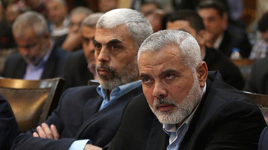 Hamas'ın yeni lideri İsmail Haniye ve Gazze Sorumlusu Yahya Sinvar (solda) döneminde Hamas, İran'a daha yakın bir çizgiye yöneldi.