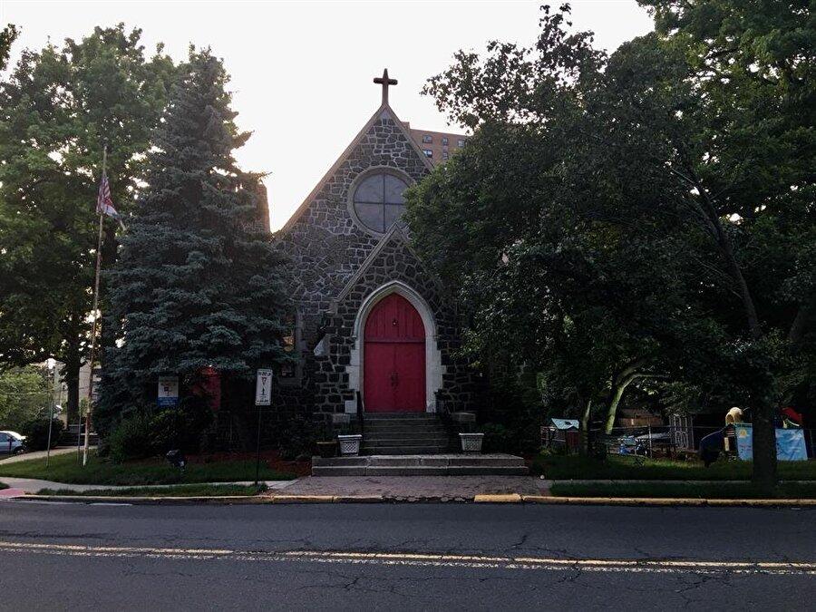 Bölgede yaşayan birçok FETÖ'cünün, 10 dakikalık yürüyüş mesafesinde Türk toplumuna ait Bergen Diyanet Cami Kültür Merkezi bulunmasına rağmen Trinity Episcopal Kilisesi'ni tercih etmesi dikkatleri çekti.