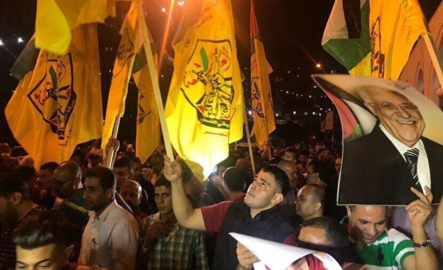 Ramallah'taki Gazze yanlısı gösteriler polis zoruyla bastırılırken, Mahmud Abbas destekçileri de komşu kent Nablus'ta sokaklara çıktı.