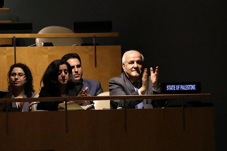 Filistin BM Daimi Temsilcisi Riyad Mansur, alınan kararı alkışlarla karşıladı. (Mike Segar / Reuters)