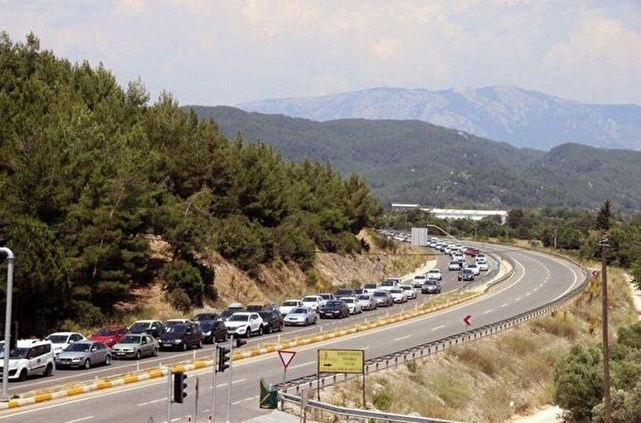 Ramazan Bayramı tatili için yerli turistin akın ettiği Muğla karayolunda trafik hayatı felç etti.