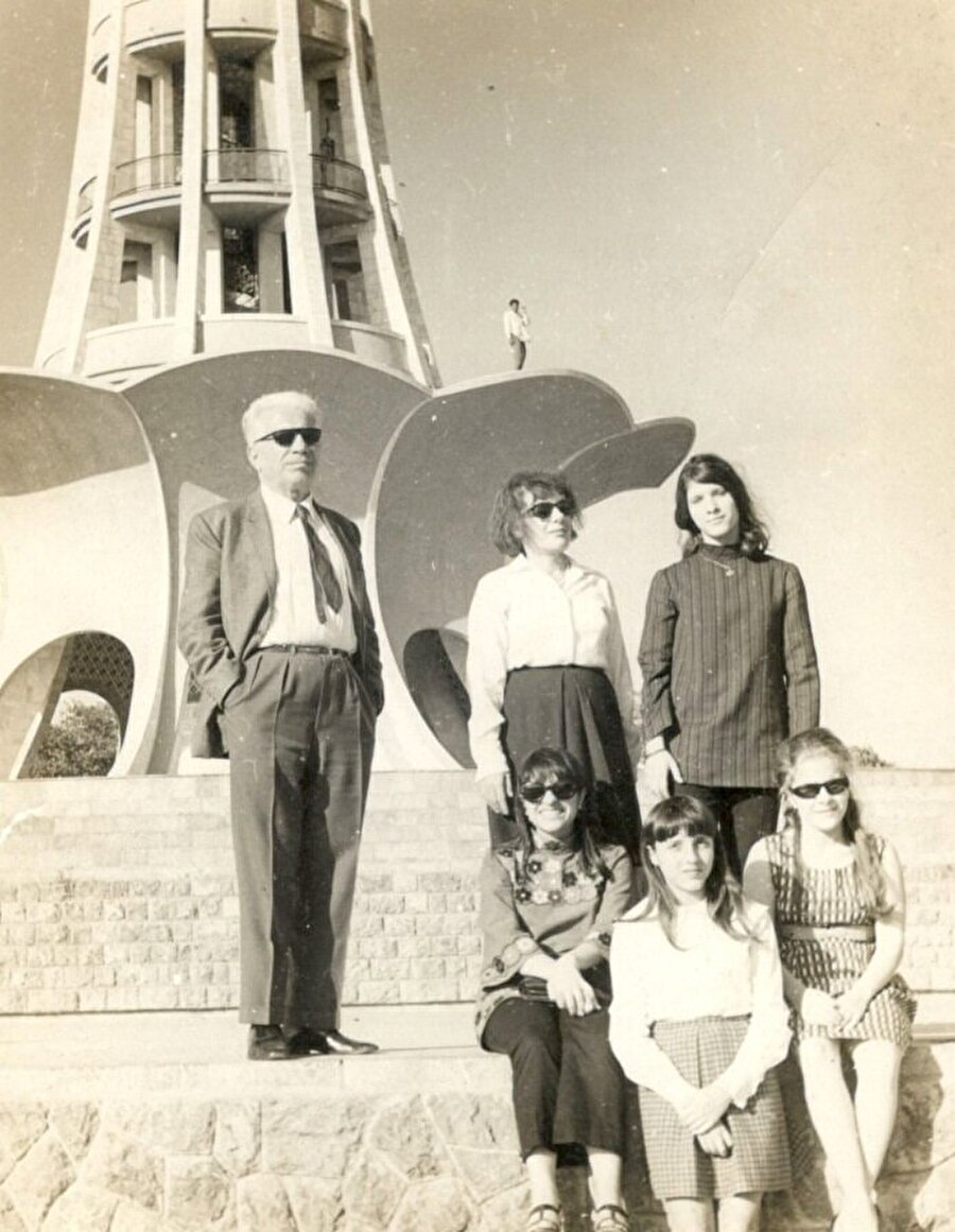 Minare Pakistan'ın mimarı Nasreddin Murat Khan ailesiyle birlikte anıtın önünde.