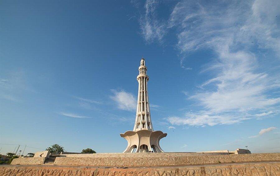 Minare Pakistan, 70 metrelik yüksekliğiyle, oldukça ihtişamlı bir anıt. (Shutterstock)