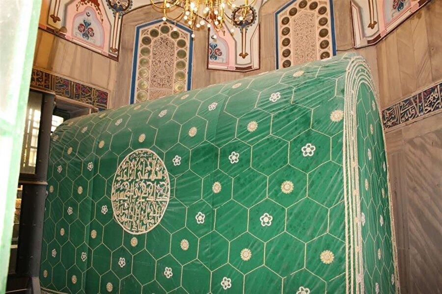 Hz. İbrahim'in kabri üzerindeki sanduka. Kabrin bir penceresi, caminin sinagoga dönüştürülen kısmına bakmaktadır.