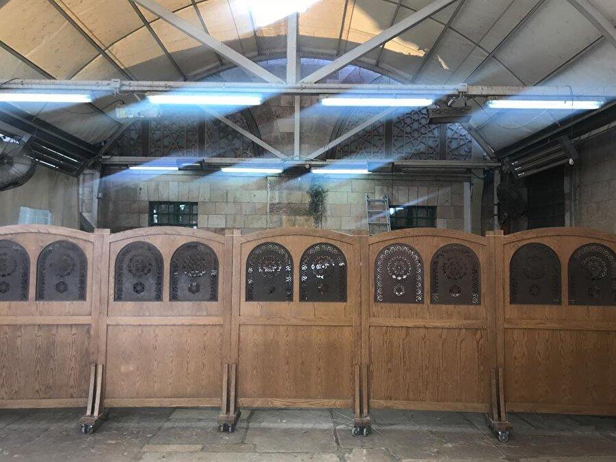 Sinagog kısmında, kadınlarla erkeklerin bölümlerini ayıran ahşap paravan. (Fotoğraf: İbrahim Furkan Özdemir)