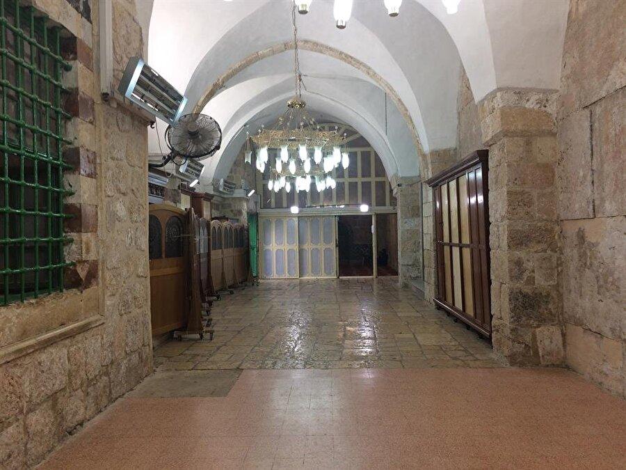 Camiden sinagoga geçiş kapısı, Müslümanlara yılda sadece 10 gün açılmaktadır. (Fotoğraf: İbrahim Furkan Özdemir)