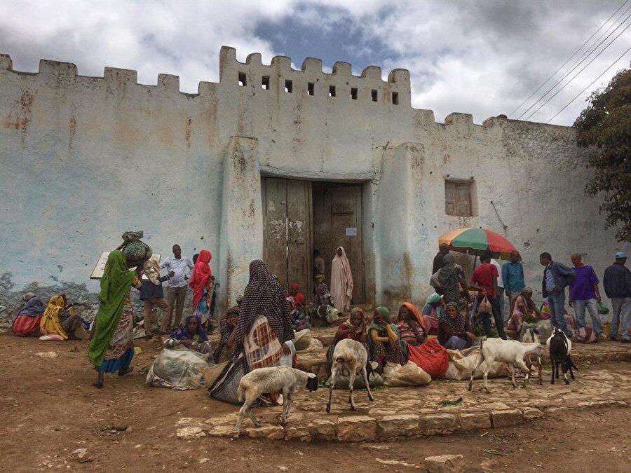Harar surlarının iç kısmına kurulan tezgahlarda meyve sebzenin yanı sıra küçükbaş hayvan satışları da yapılıyor. (Fotoğraf: İsmail Yasin Avcı)