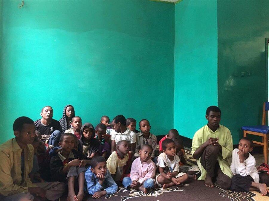 Hararlı çocuklar hem sokaklarda perişan düşmekten hem de misyonerlerin hedefi olmaktan kurtuluyorlar. (Fotoğraf: İsmail Yasin Avcı)