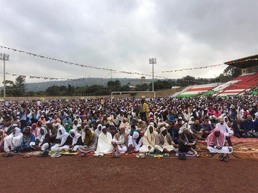 Şehir stadyumunda toplanan binlerce Müslüman, bayram namazını birlikte eda ediyorlar. (Fotoğraf: İsmail Yasin Avcı)