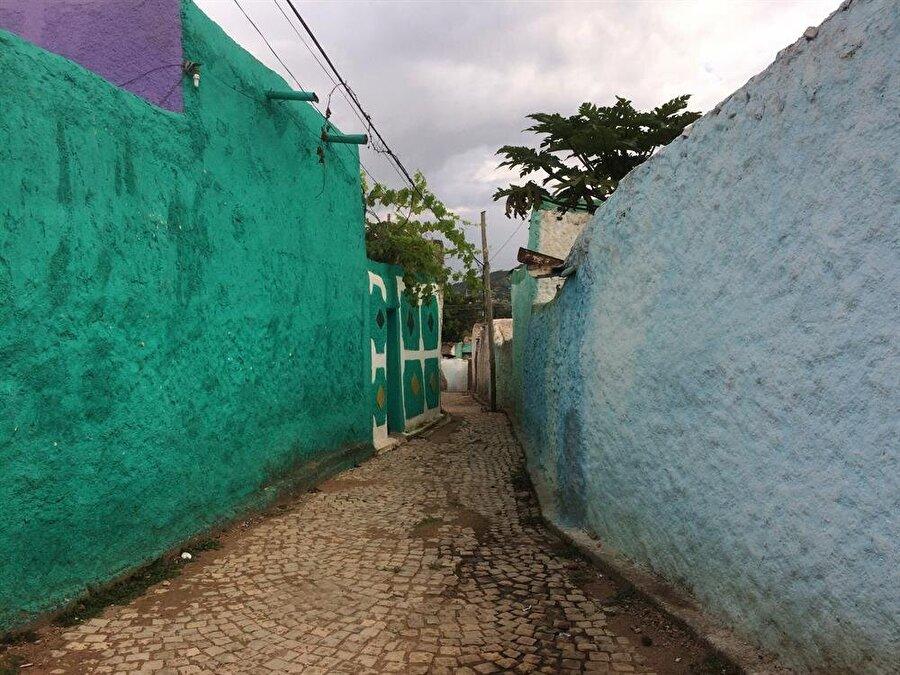 Şehirde dikkat çeken şeylerden biri duvarların oldukça renkli hali. (Fotoğraf: İsmail Yasin Avcı)