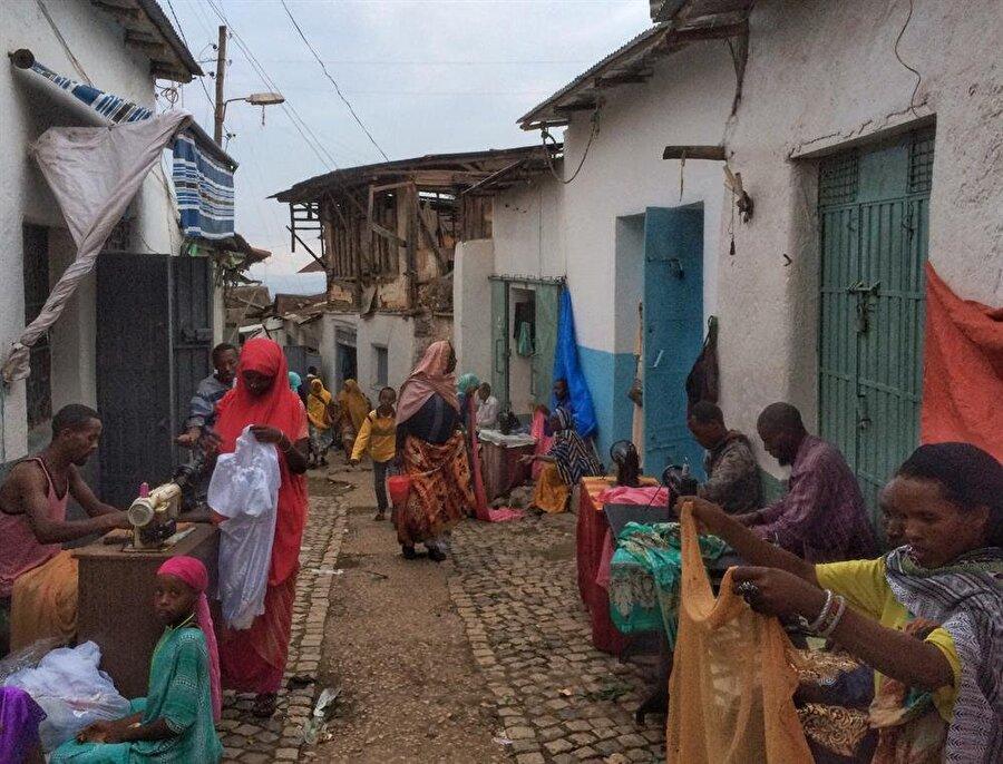 Harar'ın dar ve yıpranmış sokaklarında epeyce renkli görüntülerle karşılaşıyoruz. (Fotoğraf: İsmail Yasin Avcı)