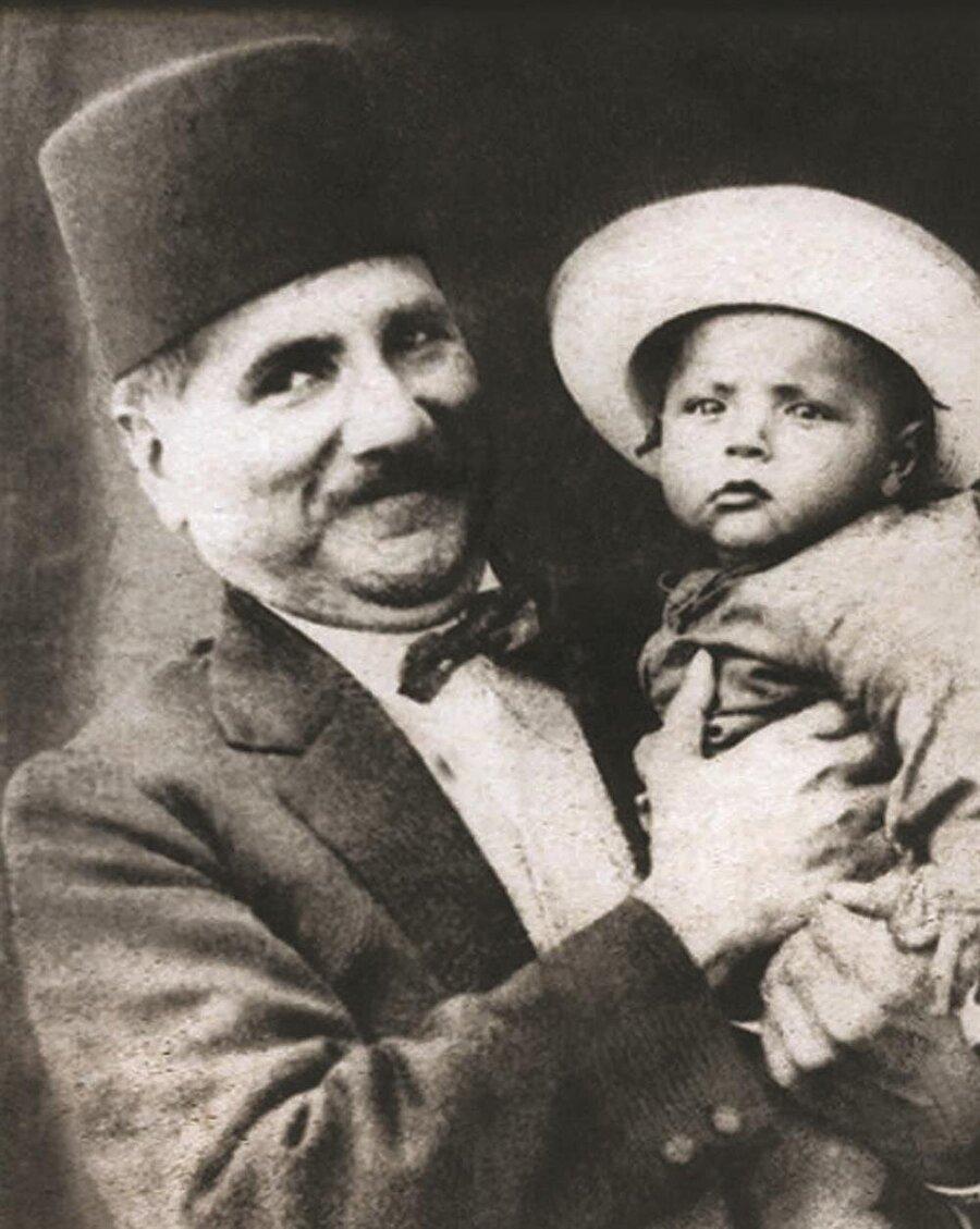 Muhammed İkbal ve oğlu Cavid İkbal.