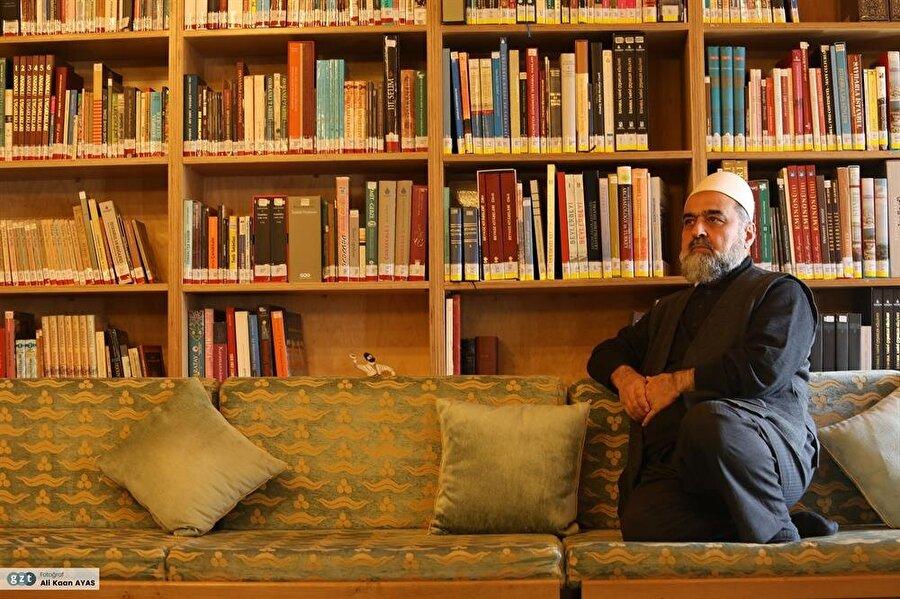 Tahsilini sürdürebilmek için 1968-1972 yılları arasında Diyanet İşleri Başkanlığı Eskişehir Mihaliççık Merkez Vaizliği ile göreve başladı.