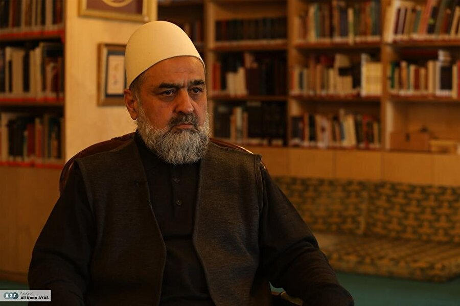 1976-2002 yılları arasında Hekimoğlu Ali Paşa Cami imam-hatipliği görevinde bulundu.