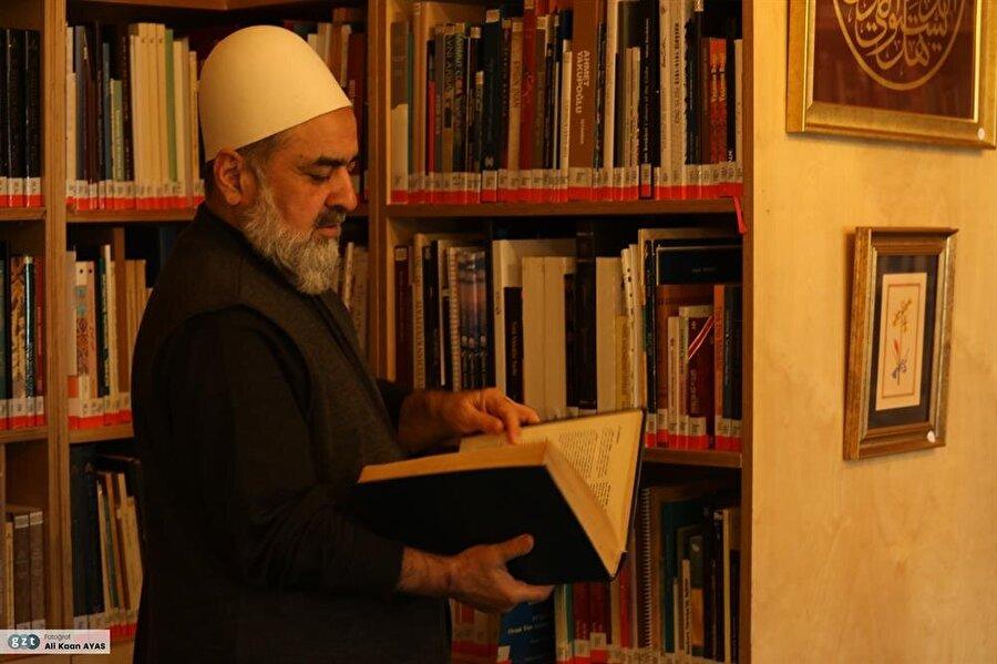 1974 yılında Hâmid Aytaç'dan sülüs-nesih yazı icâzetnâmesi aldı. Ayrıca Uğur Derman Bey'den ta'lik meşk etti.