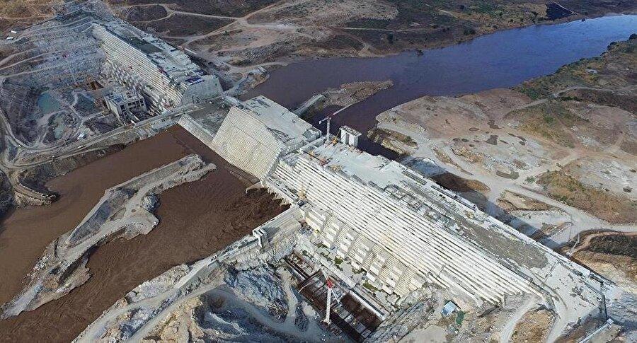 İnşaatı devam eden Nahda barajının derinliğinin 150 metre, su tutma kapasitesinin 74 milyar metreküp olması planlanıyor.