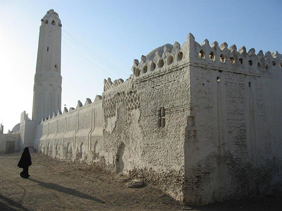 Zebid şehir merkezinde, 86 cami ve mescit yer alır.