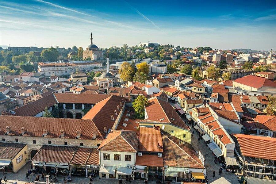 Tarihi Üsküp Çarşısı, şehirdeki Osmanlı izlerini görmek adına oldukça önemli.