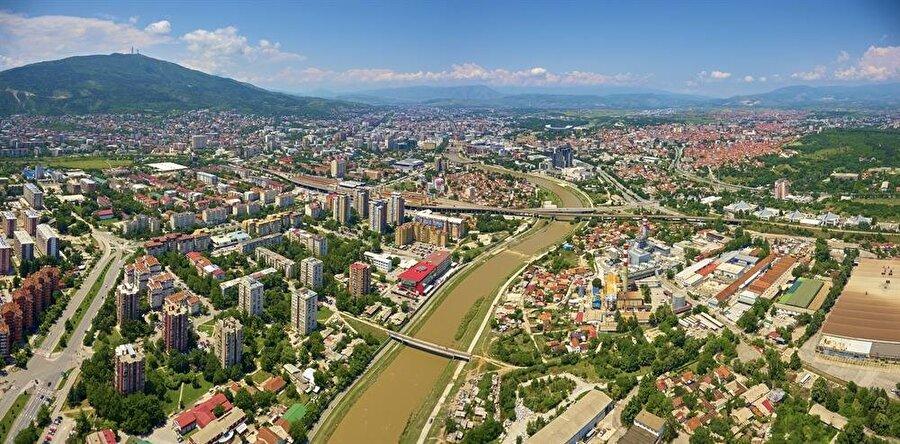 Vodno tepesinin eteklerinde, Vardar'ın ikiye ayırdığı Üsküp şehri.