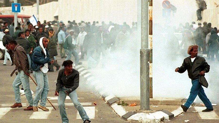 28 Ocak 1996. Başbakanlık Ofisi'nin önünde İsrail polisiyle çatışan Falaşalar.