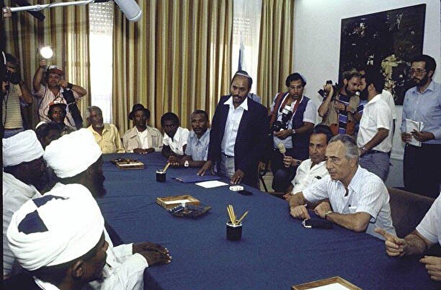 """Falaşa temsilcileri, 1996 yılındaki """"kan skandalı""""nın ardından Başbakan Şimon Peres'le görüşmüş ve Peres, görüşme sonrasında özür açıklaması yapmıştı."""