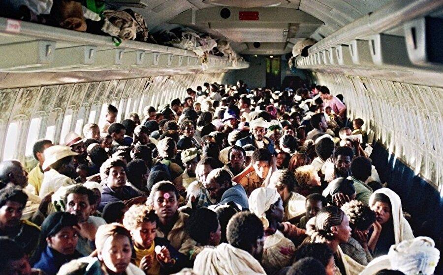 """Yolcu uçaklarının koltuklarını sökerek tabir-i caizse tıka basa insanla dolduran İsrailli yetkililer, farkında olmadan bir de rekora imza attılar: Bin 222 yolcu ile """"bir seferde en çok insan taşıyan uçak"""" rekoru."""