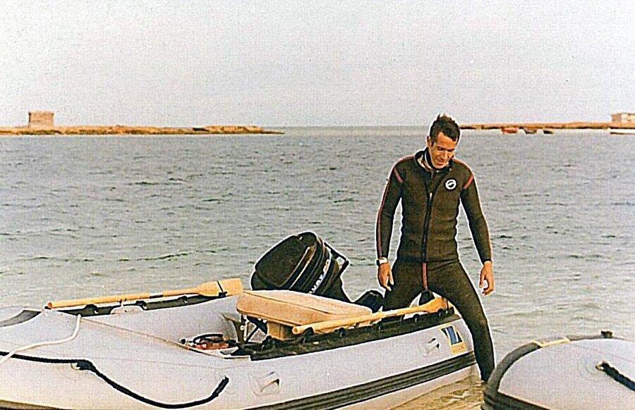 Arous Resort'ta çalışan MOSSAD ajanlarından Gad Shimron, tatil köyünün plajında.