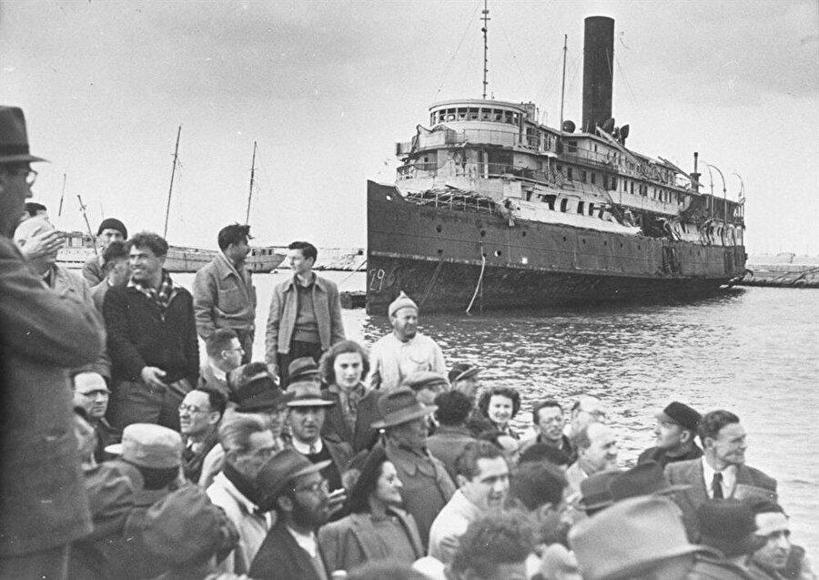 """Dünyanın dört bir yanındaki Yahudiler """"Eve Dönüş Yasası"""" ile İsrail'e yerleşmiş ve vatandaşlık almıştı."""
