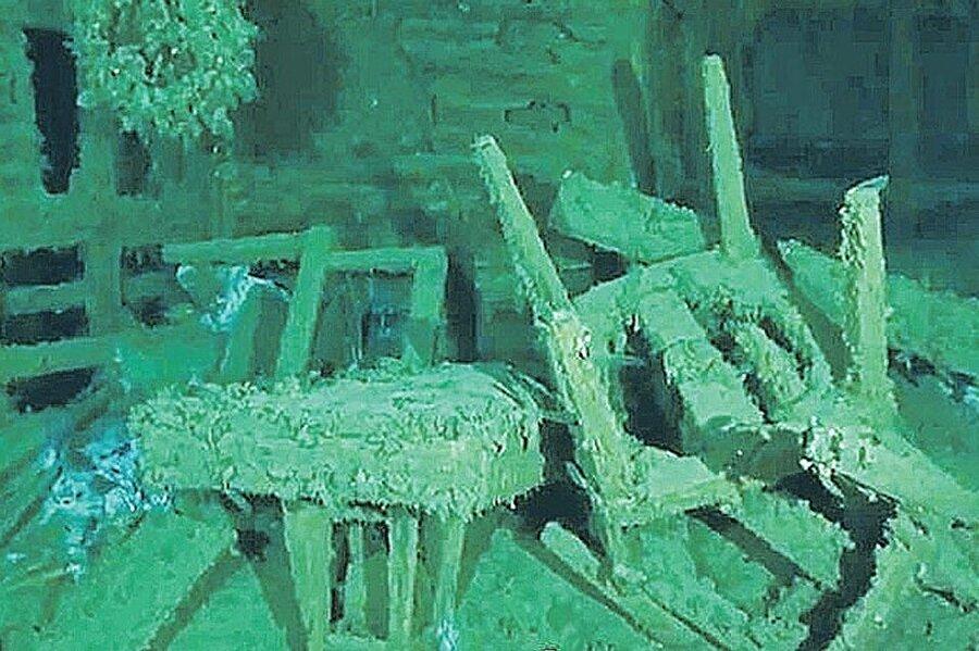 Batan geminin içinde incelemeler devam ederken, gemide birçok ticari eşyanın bulunduğu tespit edildi.