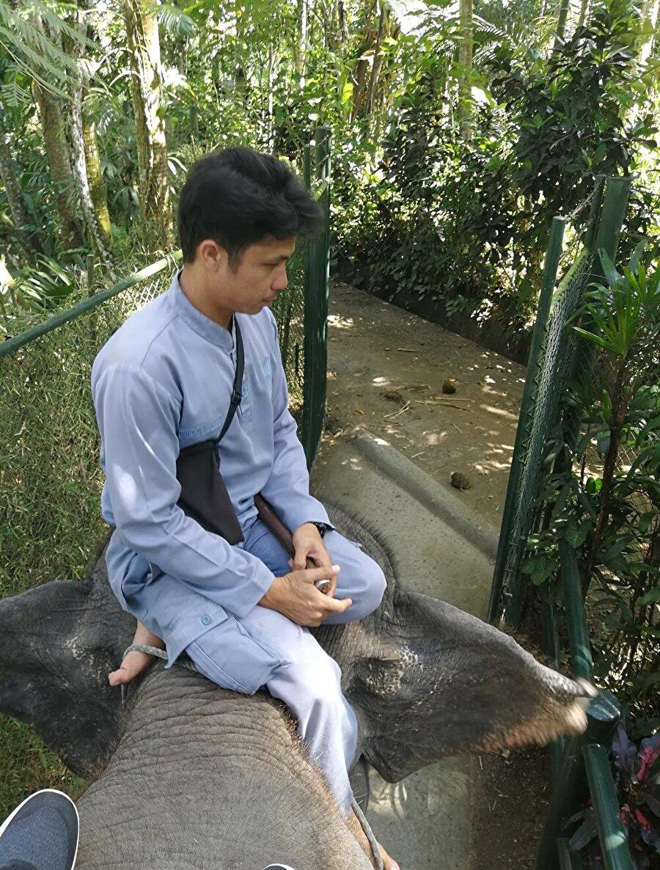 Gezinti yaptığımız filin sahibi Ahmed, Bali'deki Müslümanların yaşantılarıyla ilgili bize ayrıntılı bilgiler verdi. (Fotoğraf: Hatice Sarı Tan)