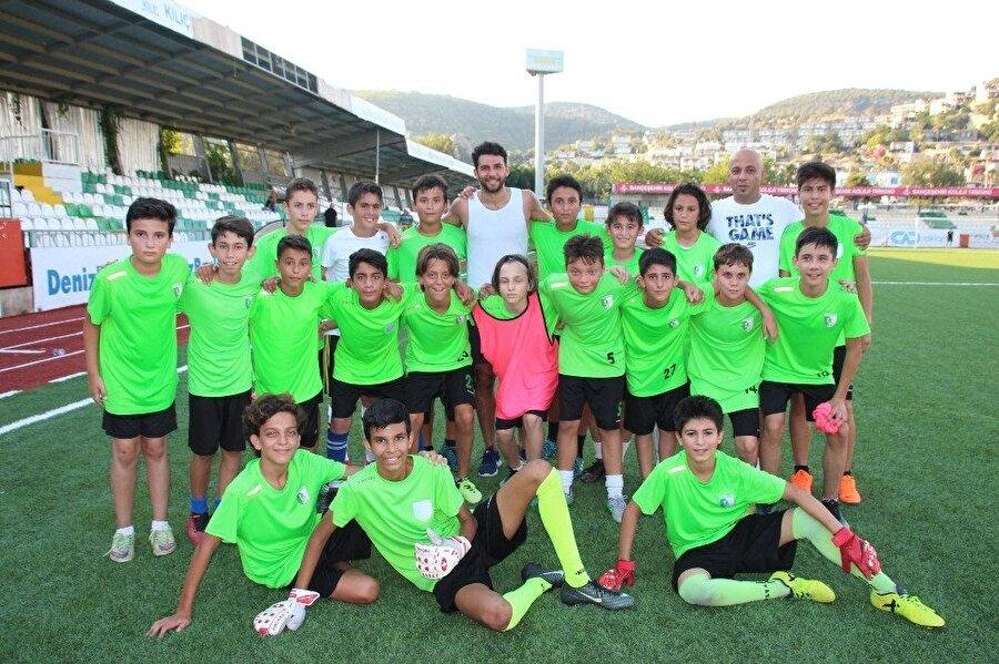 Gençler, milli sporcuya yoğun ilgi gösterdi.