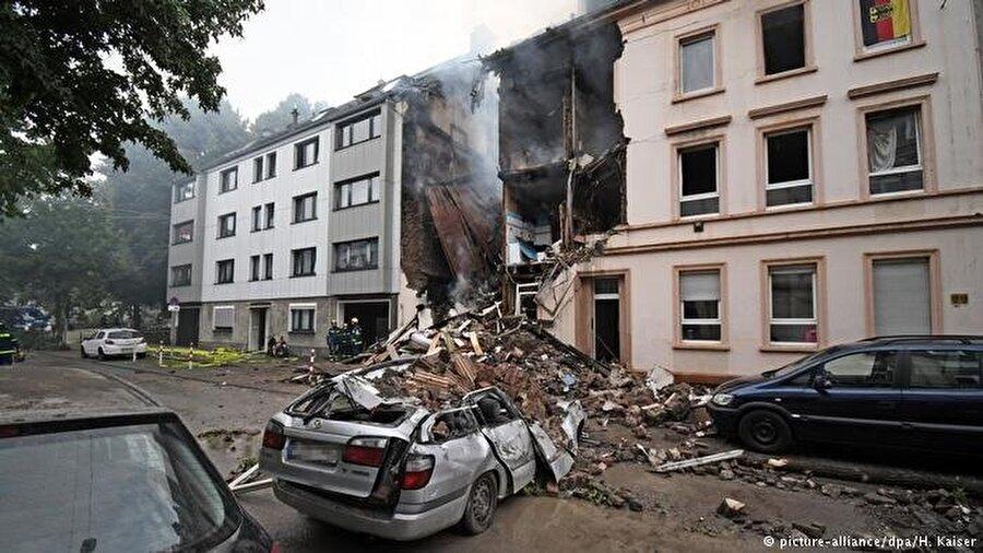 Patlama nedeniyle ev ve araçlar hasar gördü.